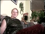 אישה בלונדינית מבוגרת עם תחת גדול